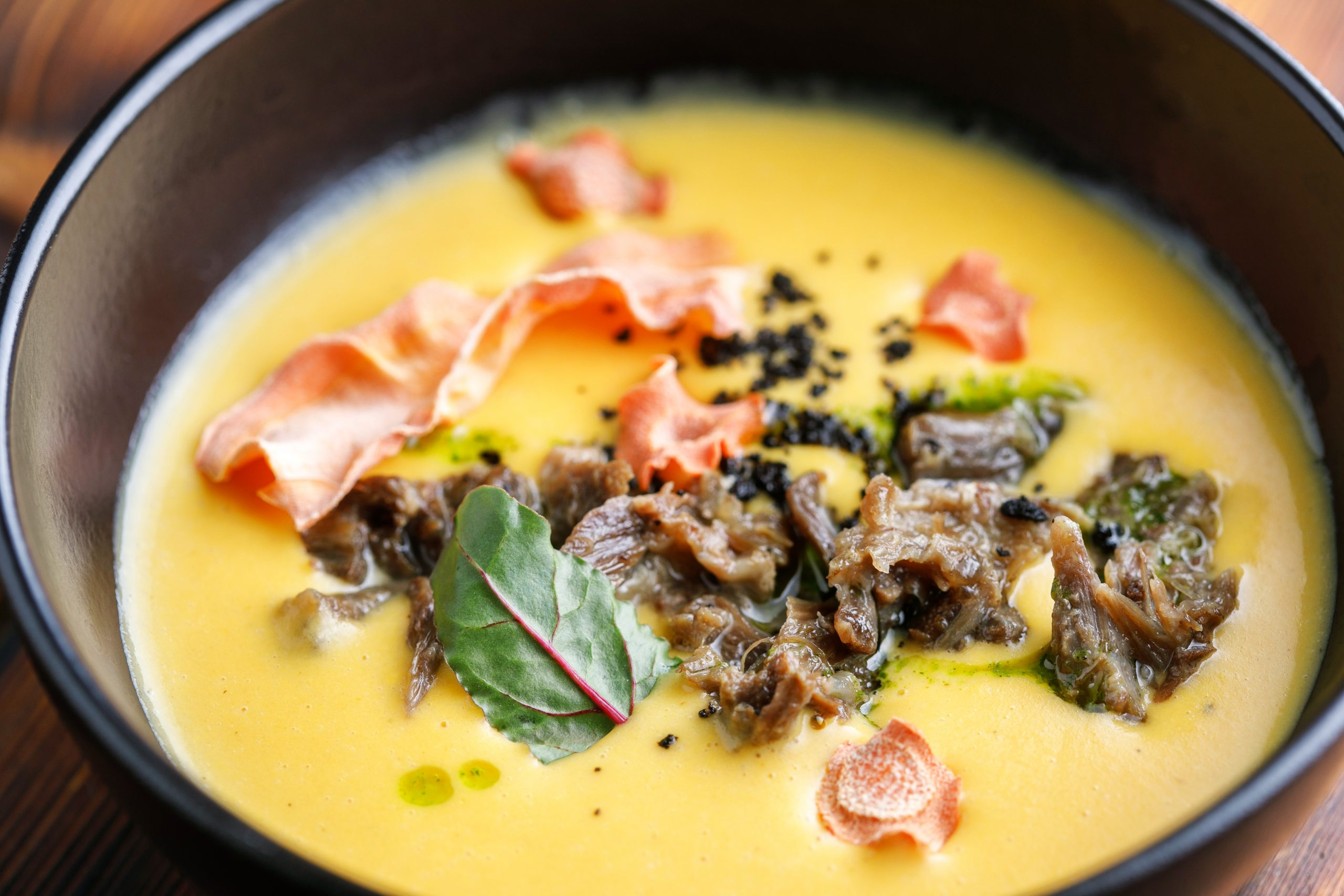 Крем-суп из печеных корнеплодов с томлёным мясом и нитромуссом блю