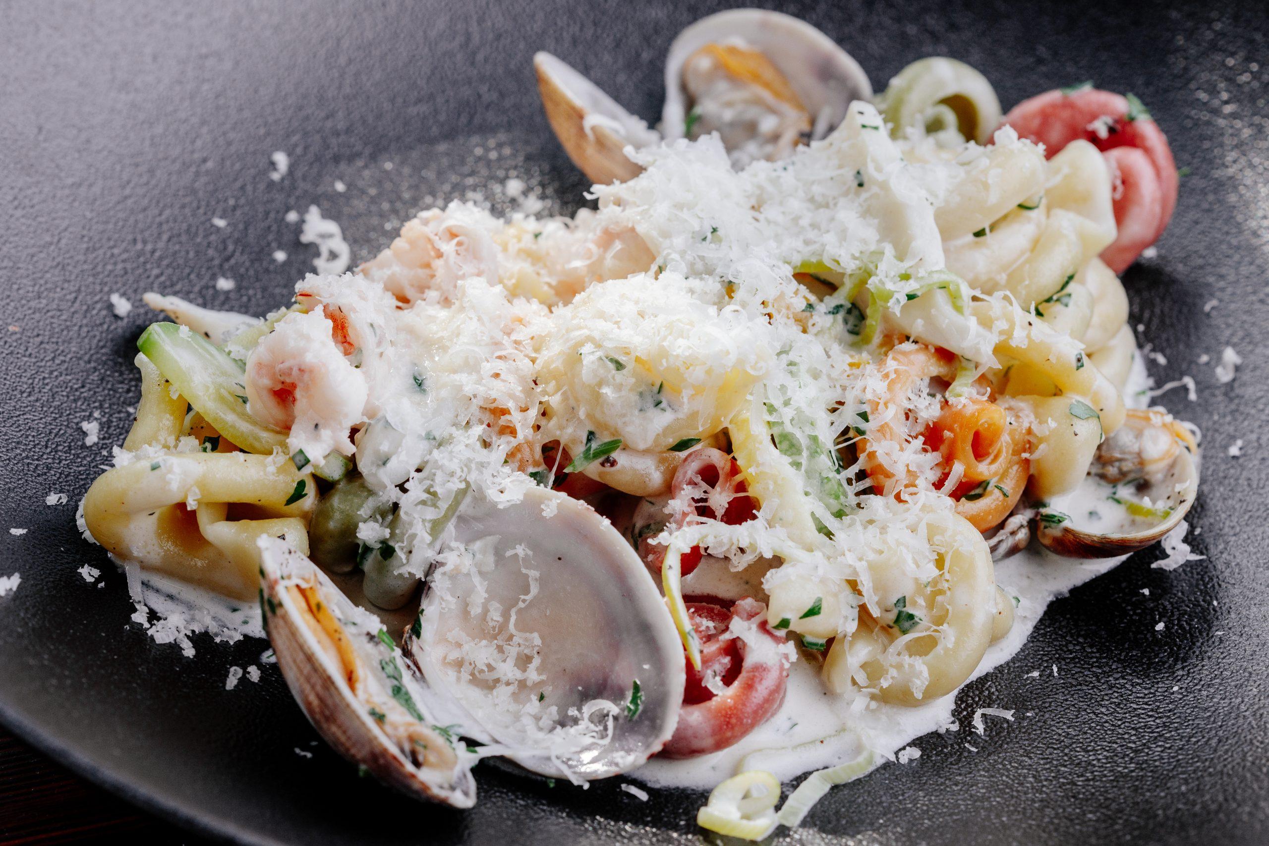 Паста с морепродуктами и сырным соусом