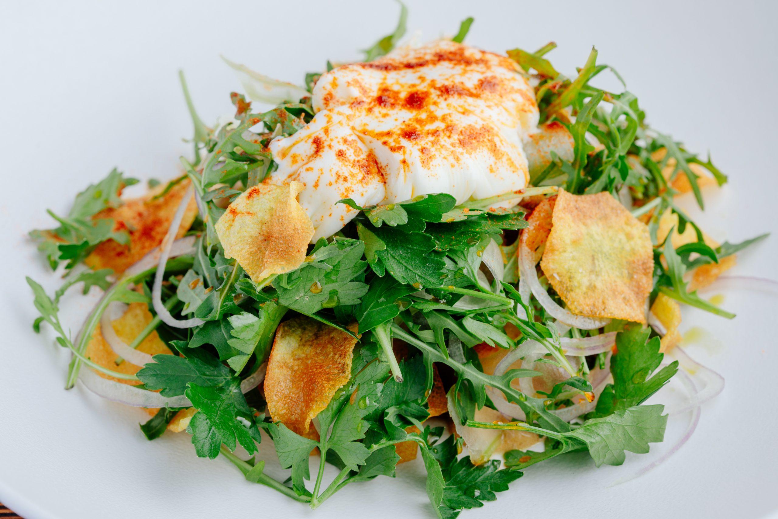 Салат с техасским брискетом, муссом из копченого сыра и горчицей, с картофельными чипсами