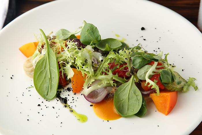 Салат с хурмой (персиками по сезону), печеными овощами и хумусом