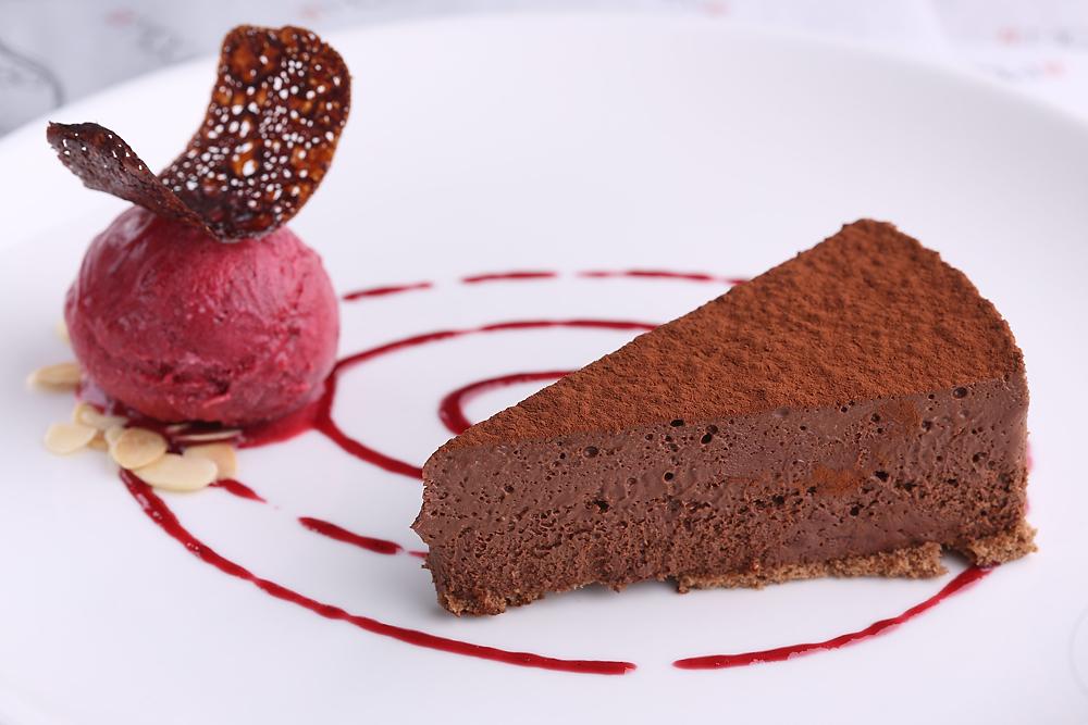 Шоколадное пирожное с малиновым сорбетом