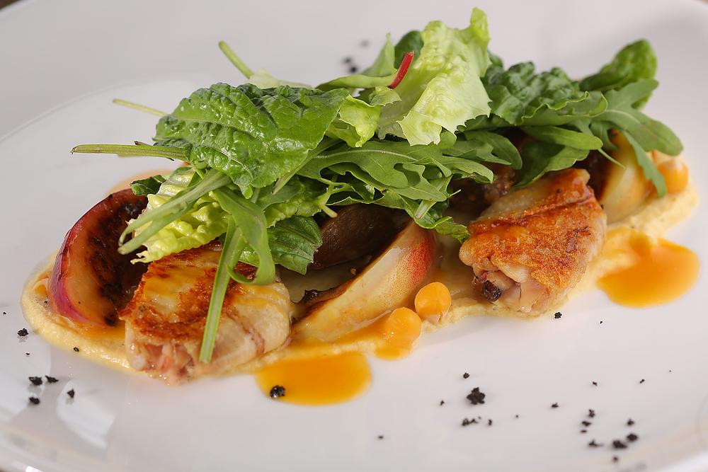 Салат с цыпленком и хумусом