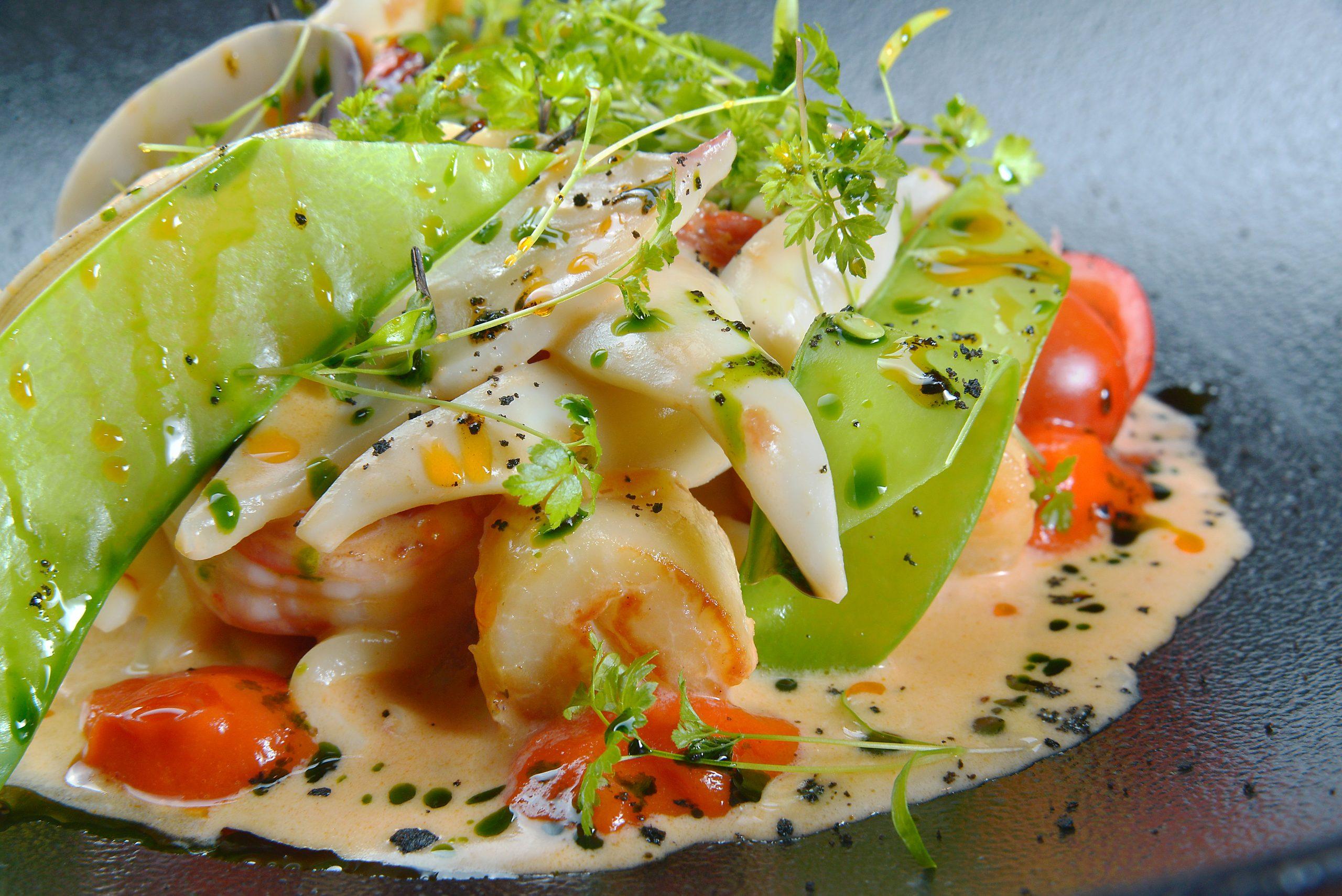 Морепродукты на гриле с соусом Ромеско
