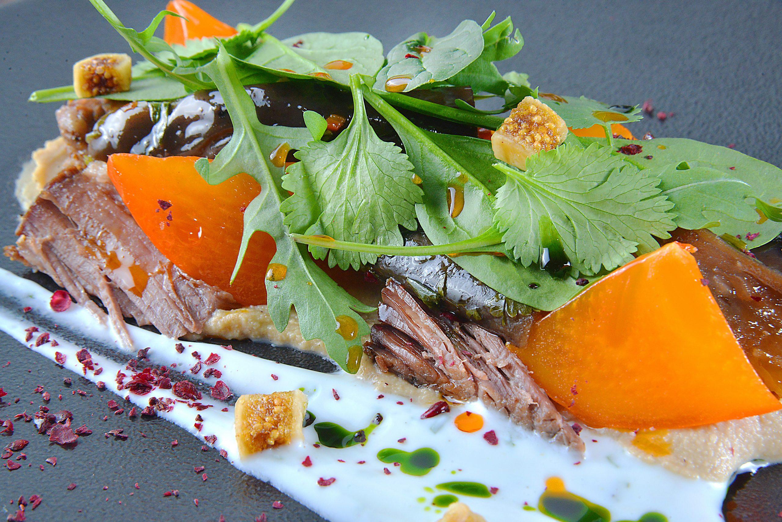 Салат с томленым ягненком, хумусом и хурмой