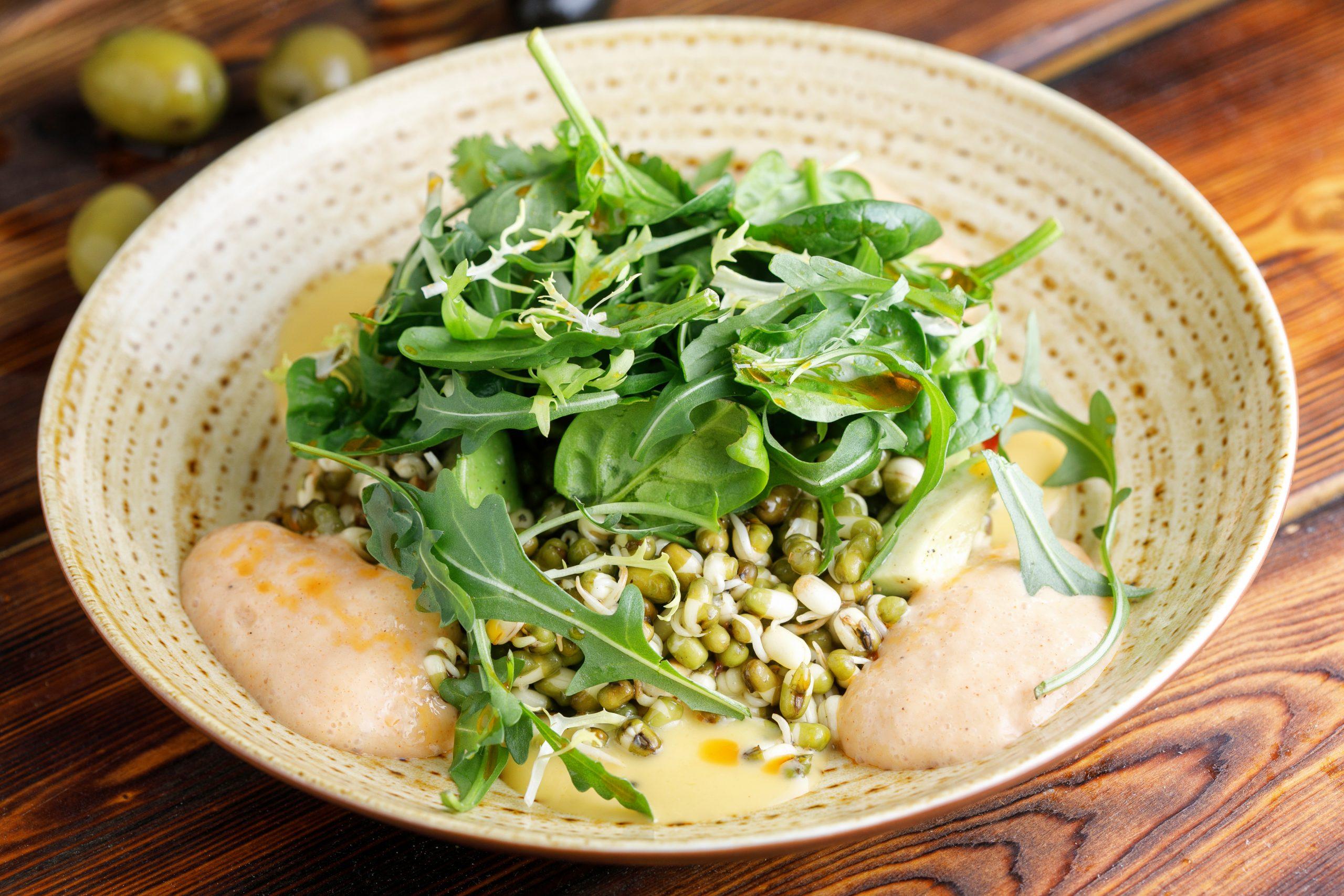 Салат из пророщенной фасоли маш и авокадо с соевой сметаной