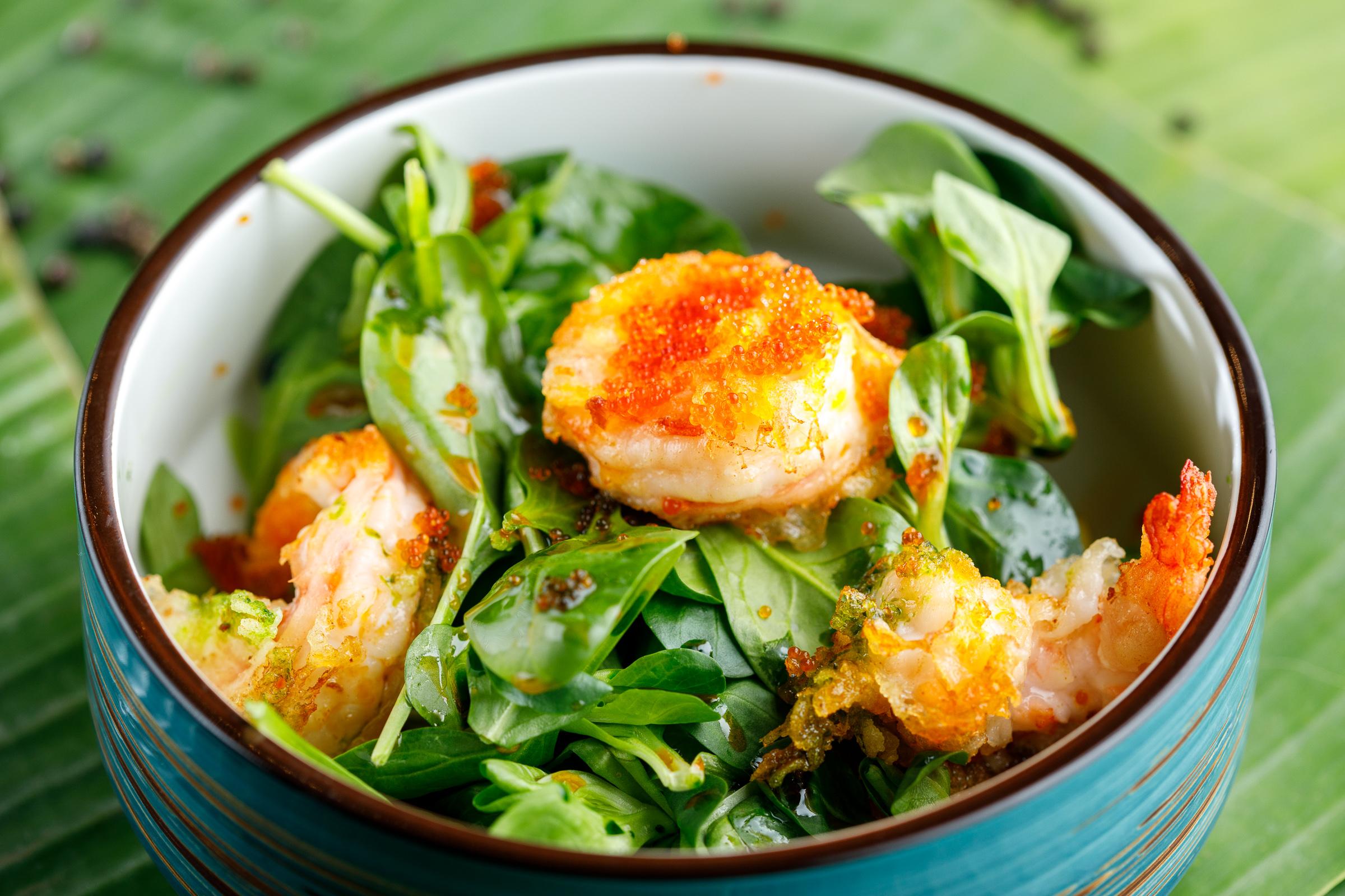 Зеленый салат с креветкой темпура и авокадо