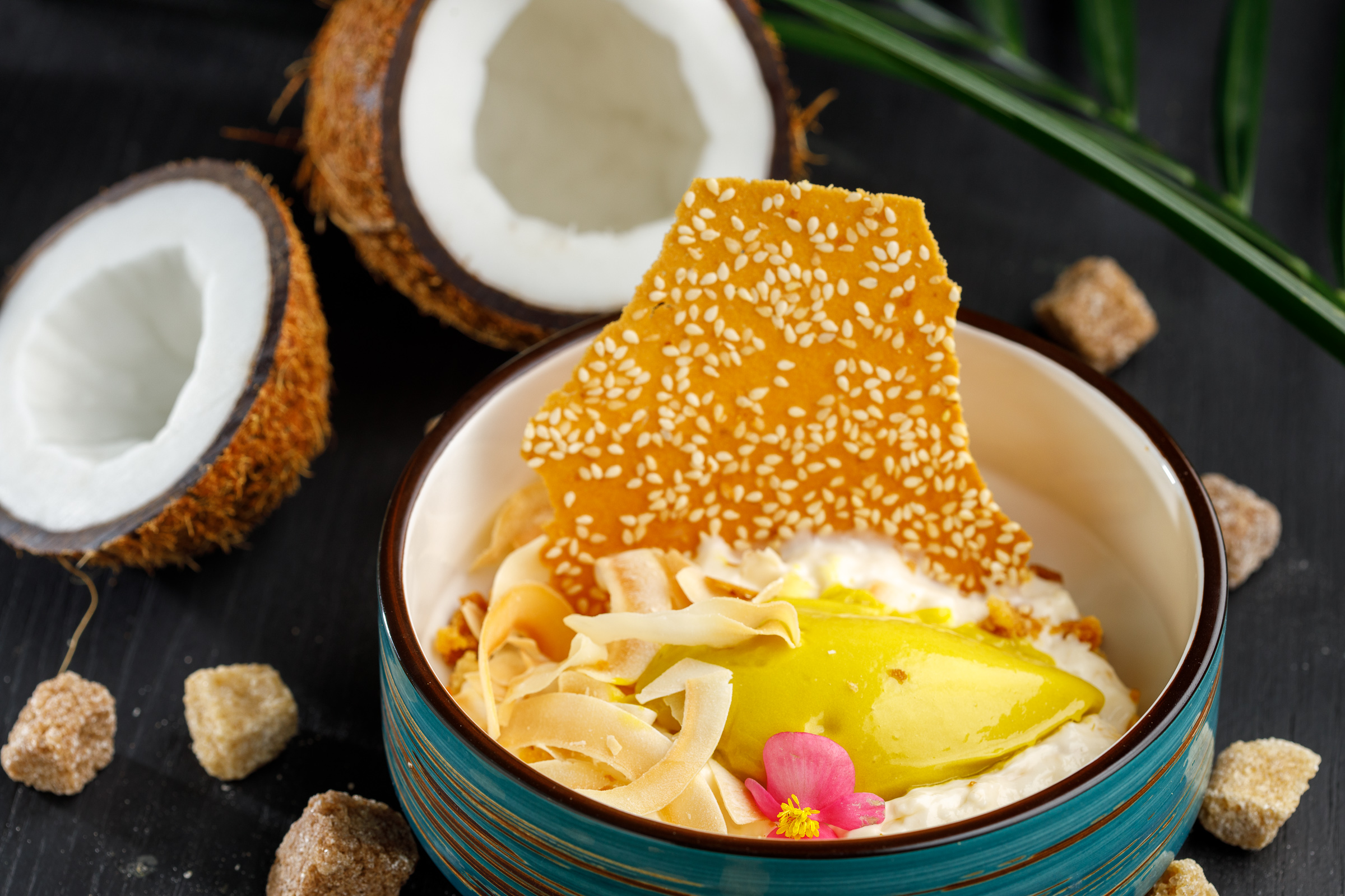 Кокосовый крем с лемонграссом и сорбетом манго-авокадо
