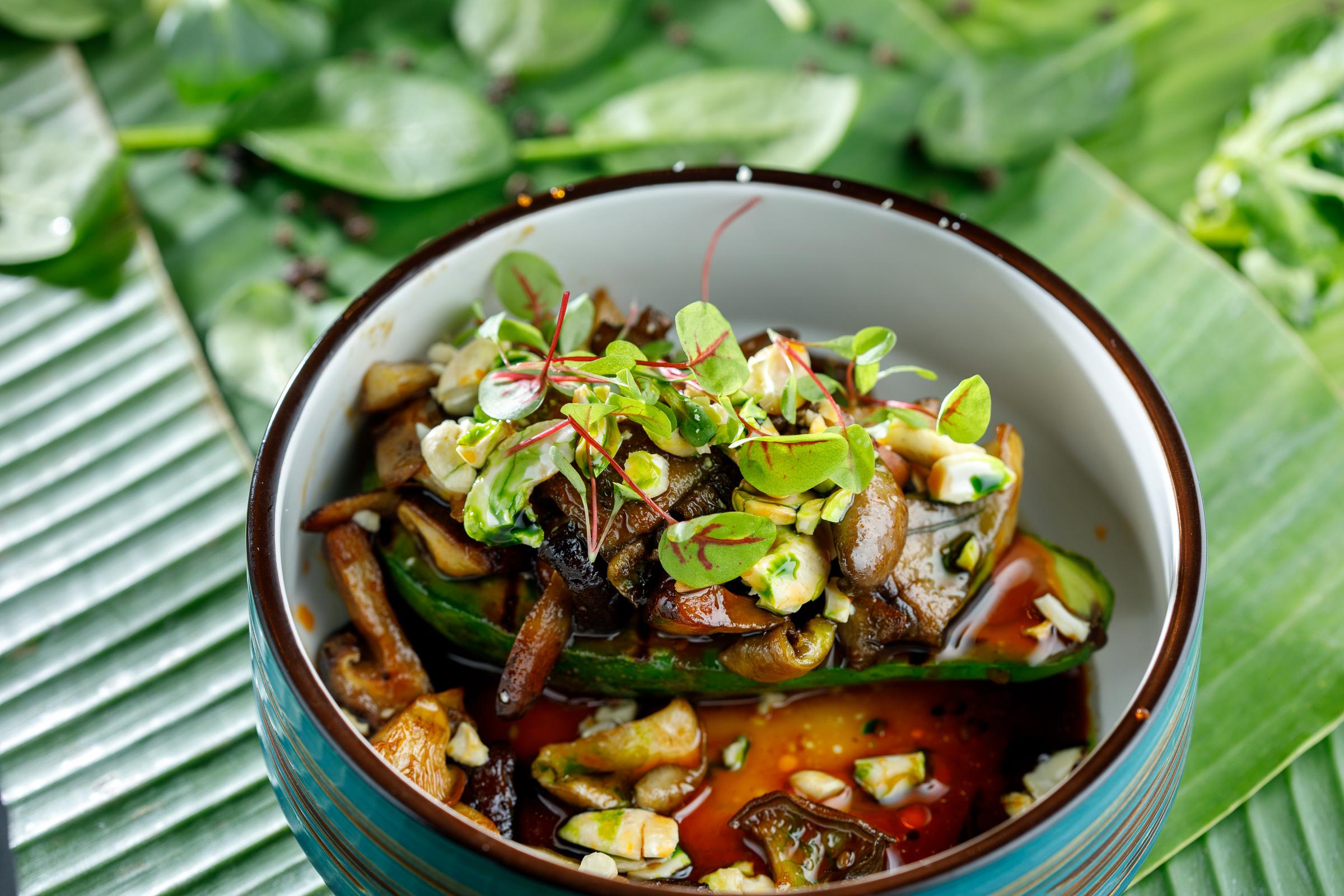 Авокадо на грилле, с грибами и грибным соусом