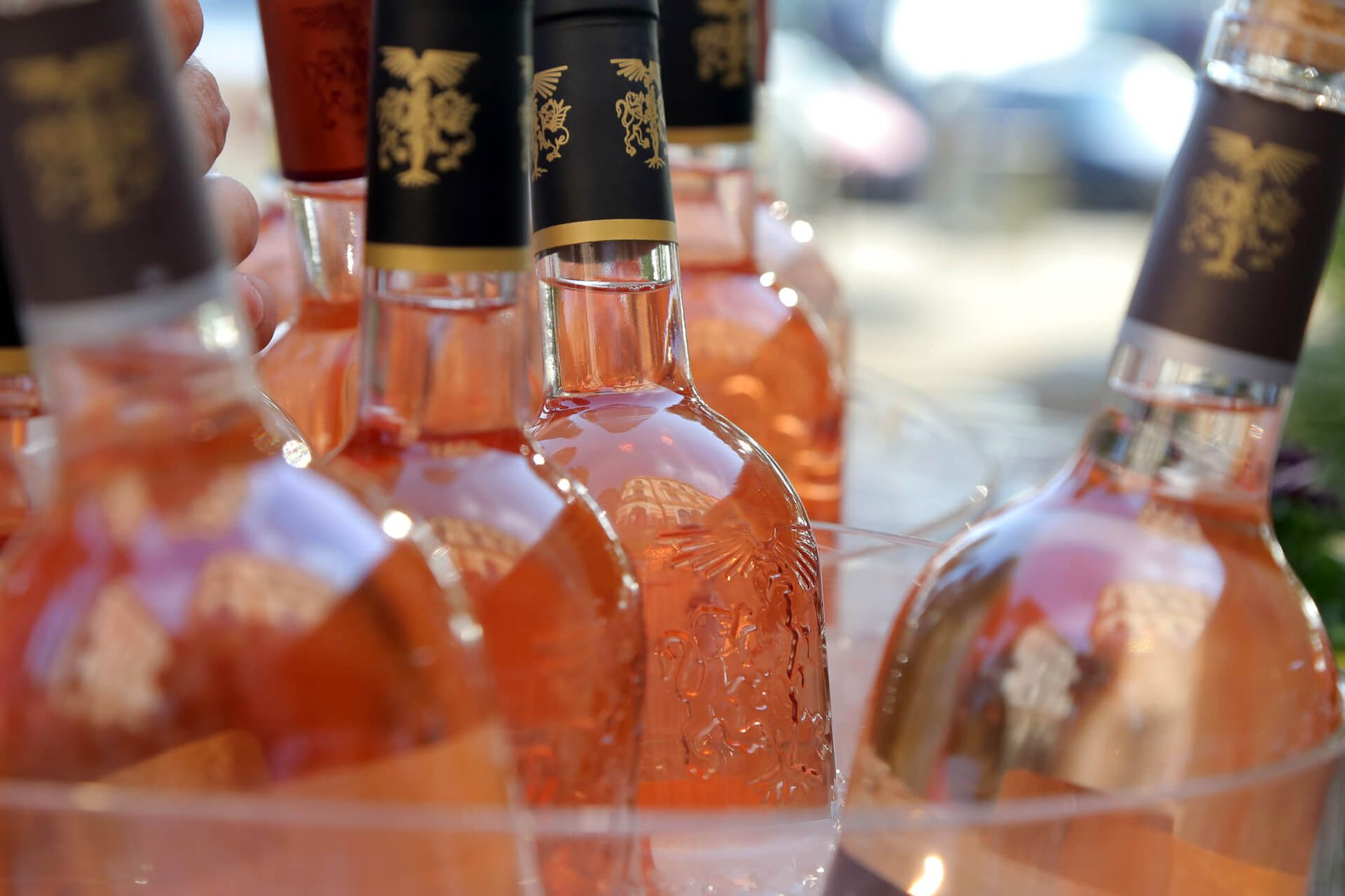 Розовое вино по бутылкам