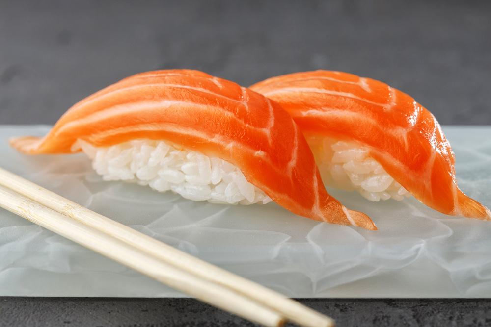 Суши лосось (2шт)