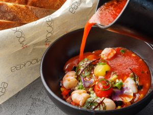 Томатное гаспачо с овощным винегретом и маринованными креветками